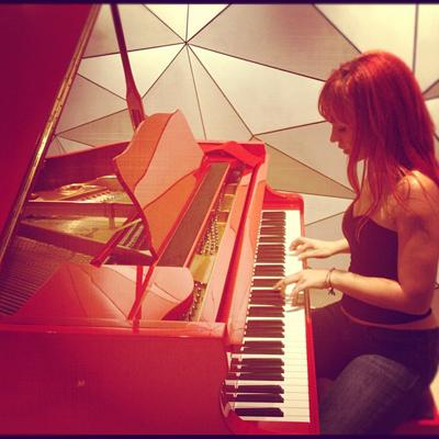 Кристина учится играть на фортепиано